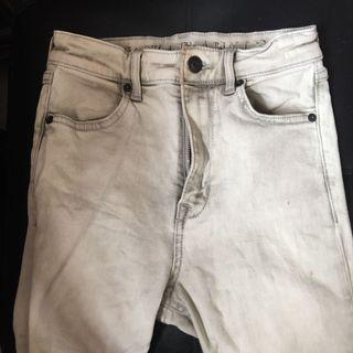 🚚 H&M Light Washed Knee Ripped Jeans