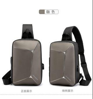 【Q夫妻】Sling Bag 韓版 連接USB充電接口 斜背包 斜跨包 帆布包 休閒包 單肩包 胸包 咖啡色 #B0046-4