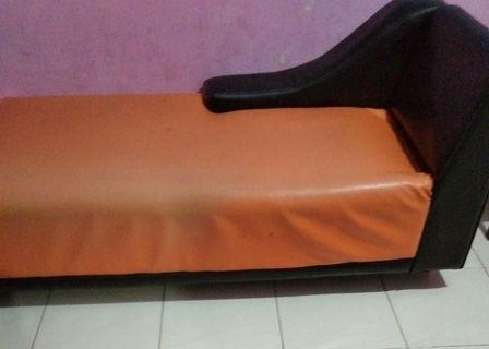 Sofa santai tempahan.  Kayu asli