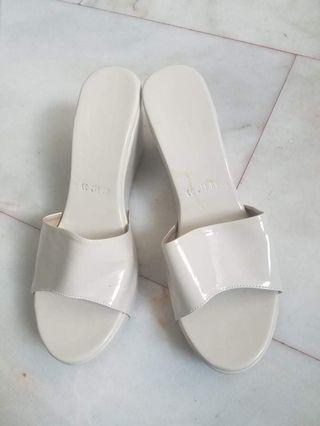 🚚 White Sandals