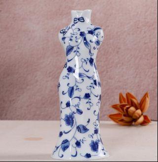 青花瓷旗袍摆件Blue and white porcelain cheongsam furnishings
