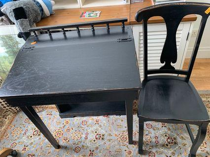 🚚 Black Distressed Antique Table and Chair