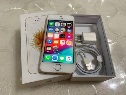 IPhone SE 金色 64g  4吋(IOS:12.1.2) 原盒配件無耳機, 外觀九成新、僅邊角一處小小擦傷、無修無重摔無泡水, 所有功能正常順暢。 電池健康度🔋87%