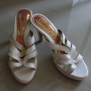 Heels warna putih tulang / broken white heels ukuran 38