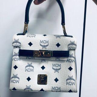 🚚 保留中 MCM 二手 白色 內裏深藍 手提包