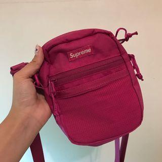 Supreme 桃紅斜背小包
