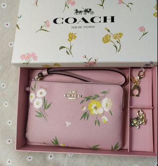 Coach Boxed Corner Zip Small Wristlet with Tossed Daisy Print F73016 - Instock