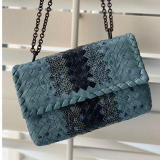 BV 小號空軍藍刺繡小羊皮OLIMPIA手袋,配以淡水蛇皮