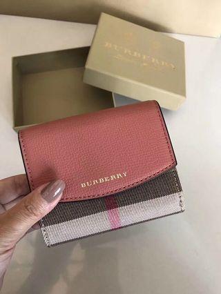《全新正品》Burberry 粉色經典花紋logo短夾 有零錢袋