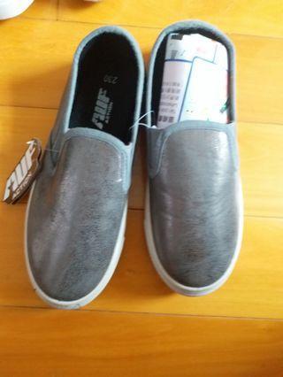 全新銀色休闲鞋 230碼