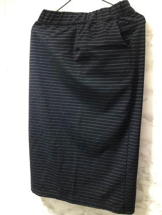 黑色間條長裙後邊有開叉