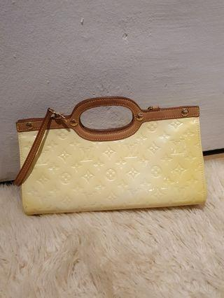 Louis vuitton monogram vernis roxbury drive bag -- beige with tan leather handles / strap