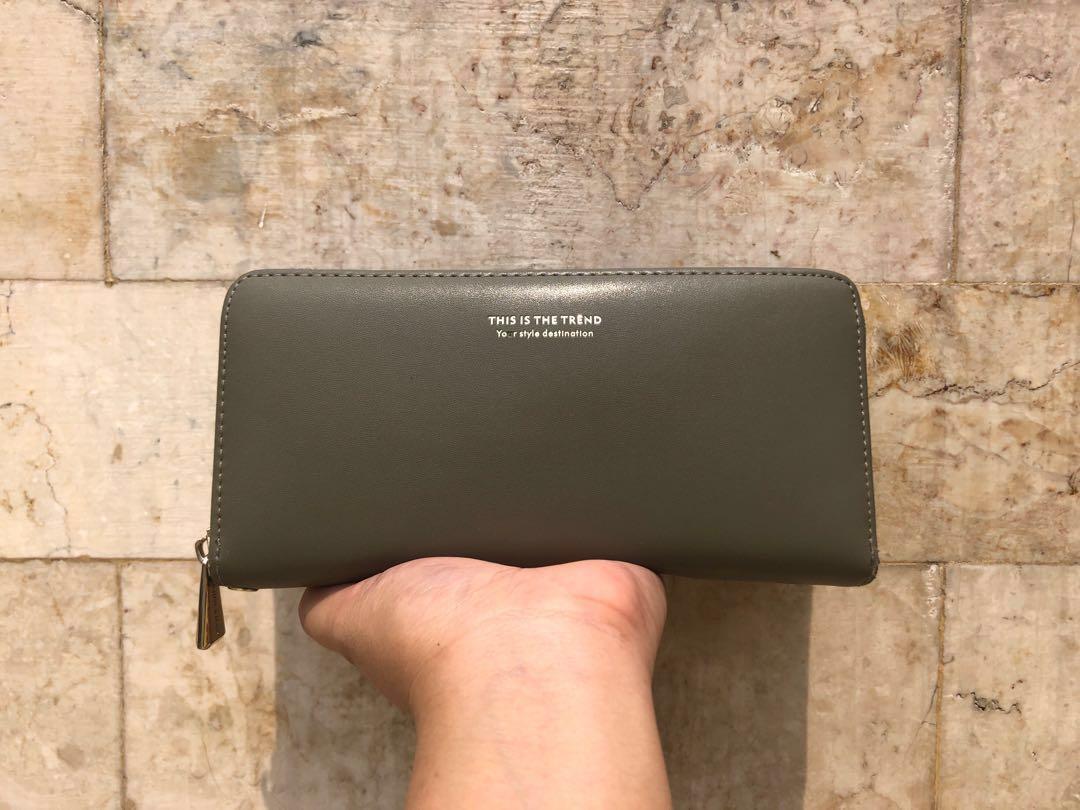 Dompet Kulit Besar Miniso Japan Olive / Hijau Lumut (ada strap / tali panjang)
