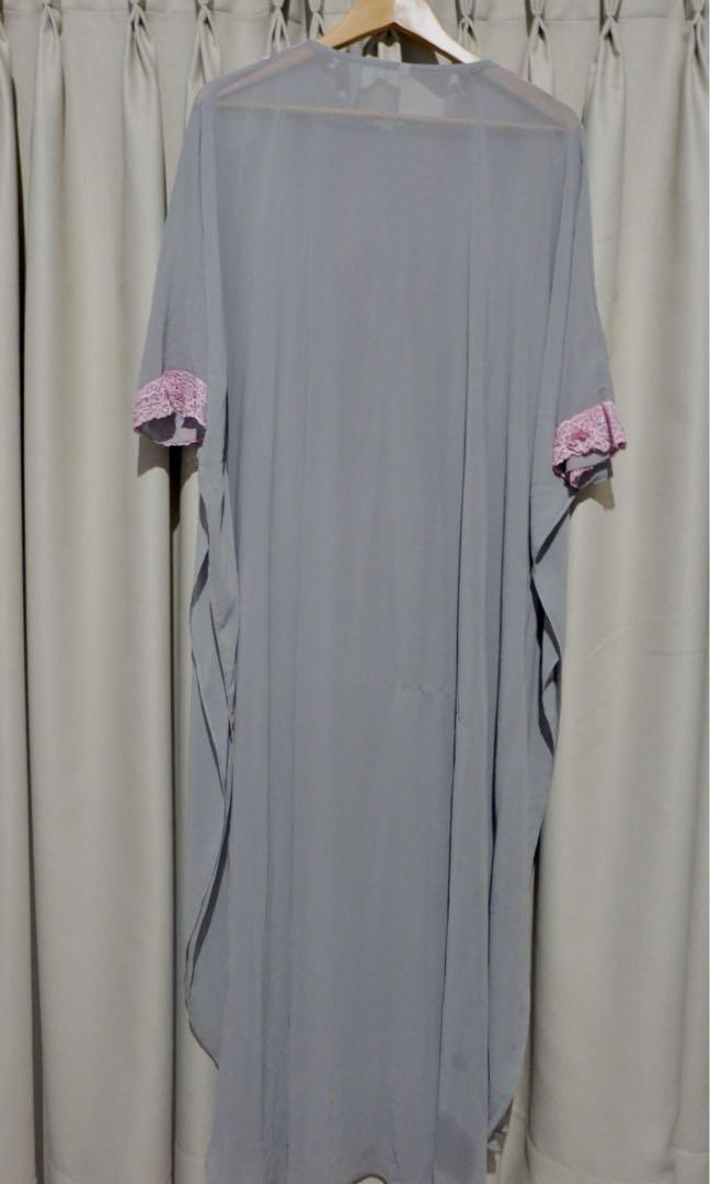 Grey kaftan with a touch of pink