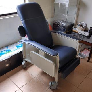 Arm Chair with reclining position with retractable side tray