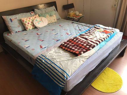🚚 Queen Size bed and mattress