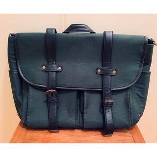 軍綠色 [中性] 男女岩帶旅行或上班優閒袋 [只用一次, 有包裝塵袋]