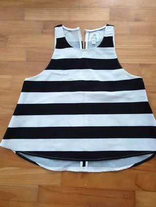 🚚 Black and white striped top