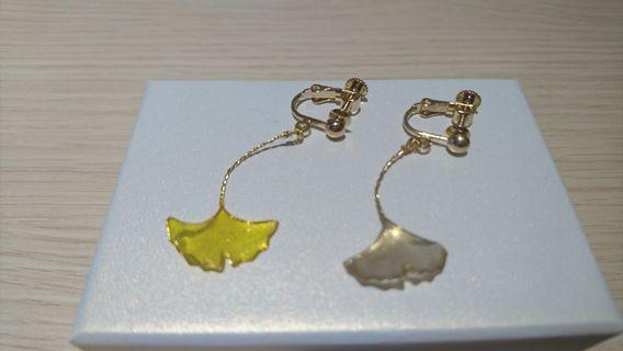 🚚 雙色銀杏夾式耳環(全新)