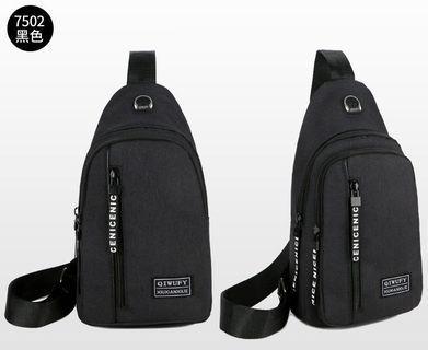 【Q夫妻】 韓版 耳機孔 大容量 斜背包 斜跨包 帆布包 休閒包 單肩包 胸包 黑色 #B0037-1