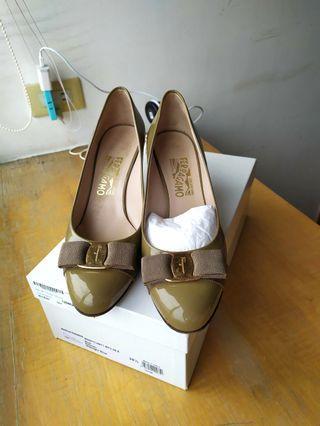 🚚 給妳下標!Salvatore Ferragamo淺棕色蝴蝶結漆皮經典高跟鞋,加酒紅vara
