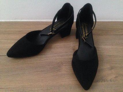 Black pointed shoes mid heels (size 37)
