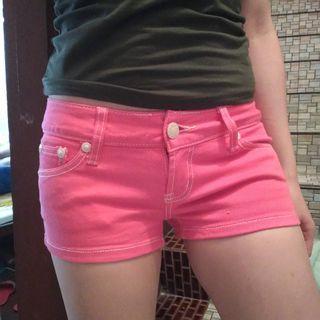 27腰桃紅色合身鈕扣短熱褲
