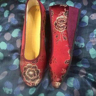 🚚 [全新]媽媽的心頭好—棗紅色繡花鞋,也可以跟龍鳳掛搭配喔