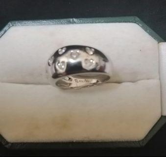 A pretty design 18k diamonds ring. For women.