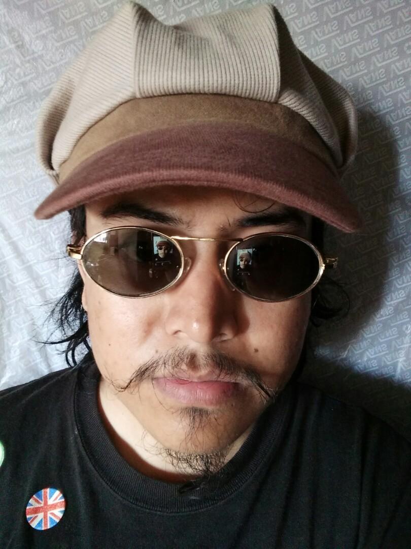 Vintage Sunglasess 80s/John Lennon Sunglasses Rare (Limited edition)  Vintage authentic Kondisi: 97% sangat mulus  Frame gold(besi kuningan) dilapisi optyle Pad nose empuk