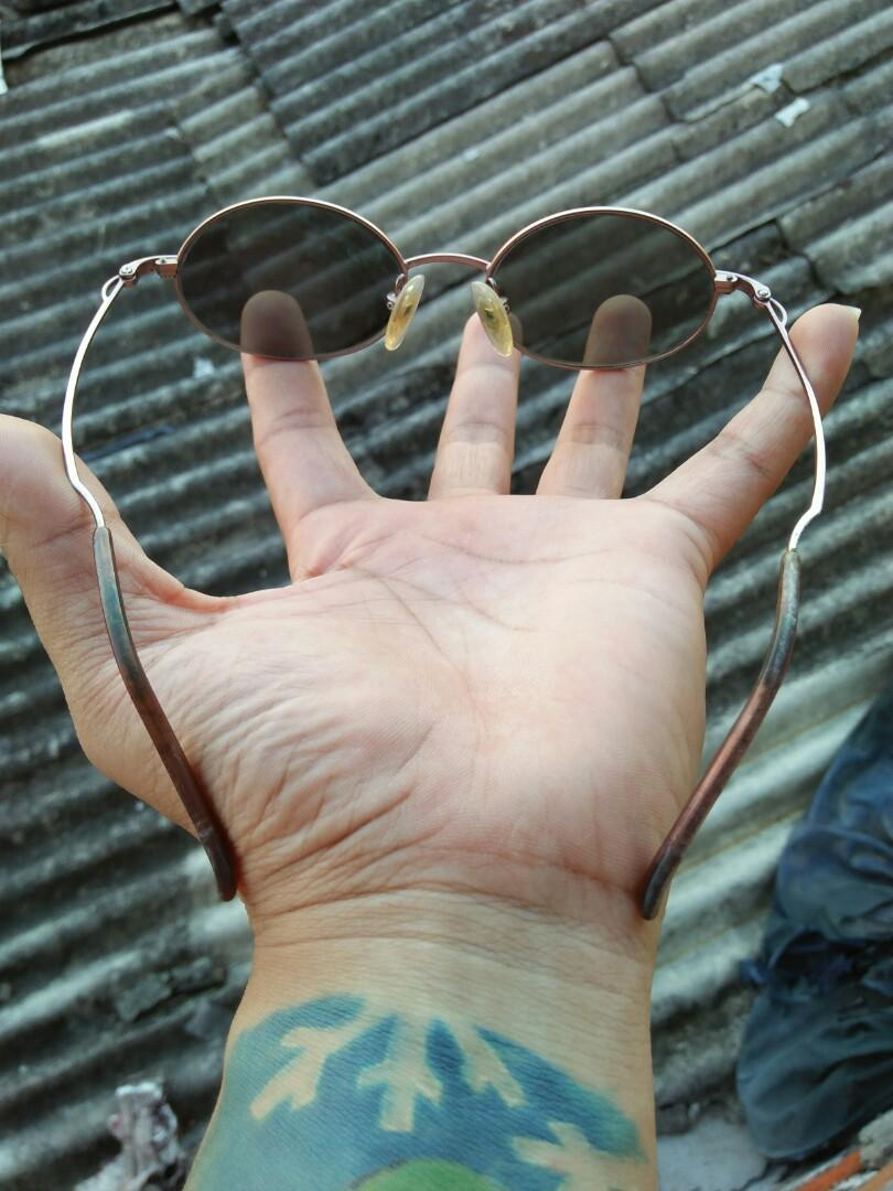Vintage Sunglasess 80s/John Lennon Vintage Sunglasses Brand: ELLE Frame full titanium kombinasi Tortoise Frame sangat adem ketika menyentuh kulit Tag logo brand timbul Rare (Limited edition)  Vintage authentic Kondisi: like new/ 98% sangat mulus