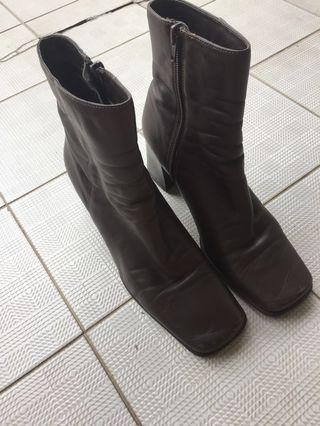 🚚 Brown Leather Boots