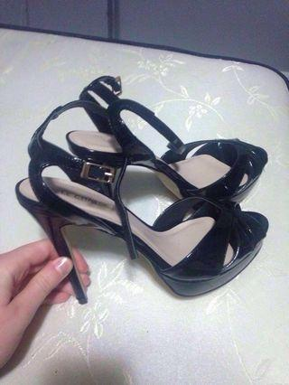Le chateau latex platform heels black size 9US