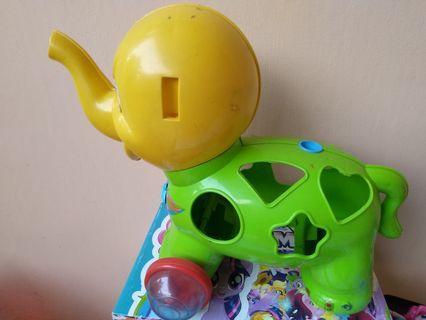 #mauthr mainan gajah beroda kuning hijau