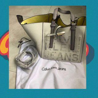 🚚 Calvin Klein Darcy reversible handbag