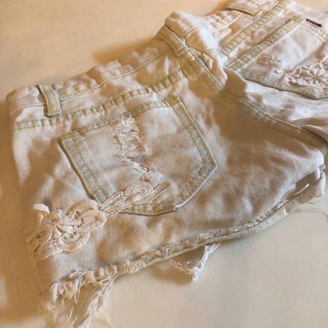 米白色珍珠牛仔短褲☕️ (二手)