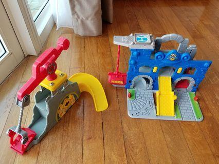 🚚 2 diecast cars plus 2 Hasbro track car sets