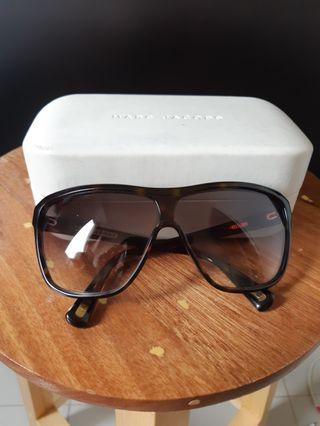 Kacamata hitam or Sunglasses