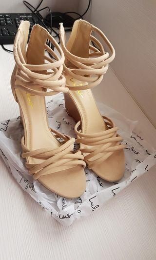 🚚 Lulu's 粉膚色契型鞋 Nude wedges