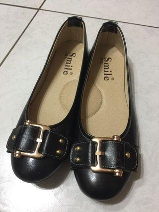 金扣黑色平地鞋