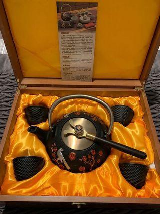 Luxury Traditional Japanese Cast Iron Tea Set 8 Pieces - Teapot + 4 Iron Cups + Trivet + Wood Lid Holder - Gift Box