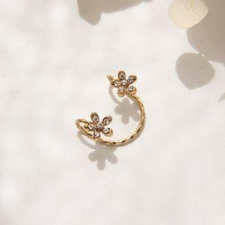 Daisy Floral Ear Cuff In Gold