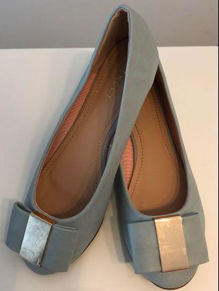 🚚 Pumps Shoes #EndgameYourExcess #mrtsengkang #mrthougang #mrtpunggol #mrtraffles