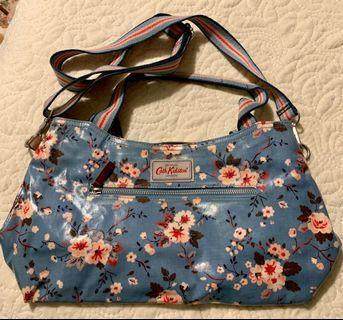 🚚 Trailing rose medium cath kidston zipped handbag