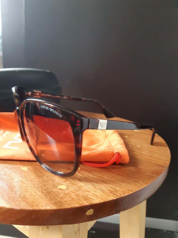 Kacamata hitam (Sunglasses)