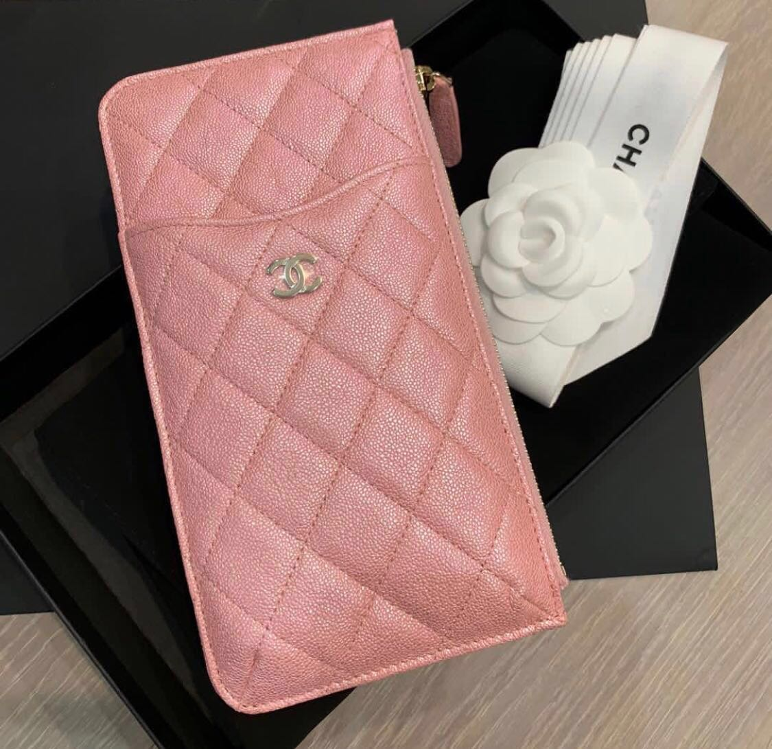 549ae68b17e56e 🔥🦄NEW! CHANEL 19S Pink Iridescent Caviar Phone & Card Wallet ...