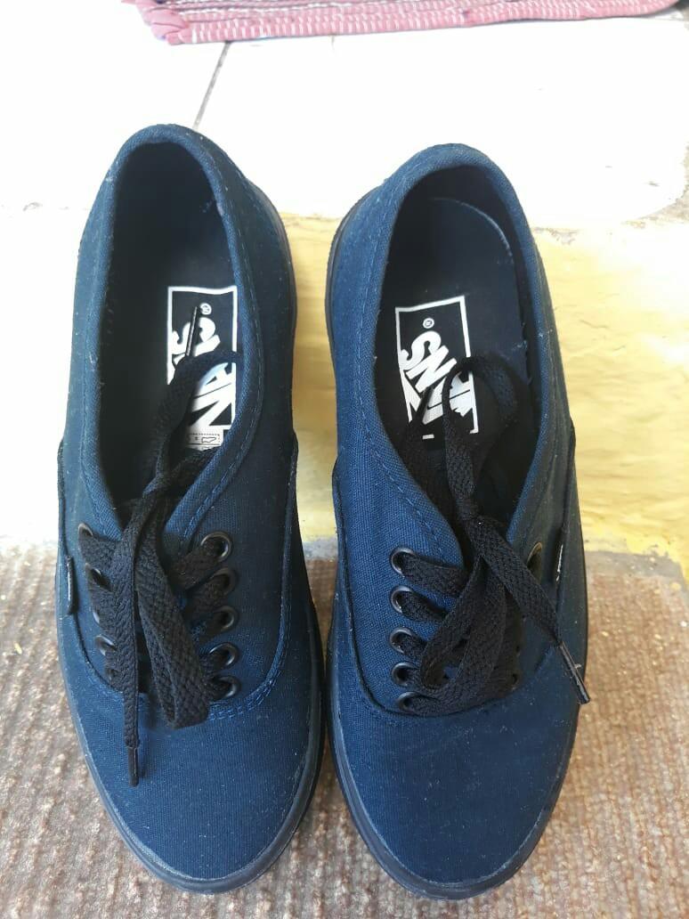 Vans authentic Classics, warna: blue, Material: Canvas, kualitas: impor premium,Size 39. Masih baru, pemakaian baru 1 kali.