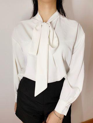 白色恤衫 領口蝴蝶結
