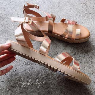 🚚 現貨💕美國品牌💕玫瑰金超軟交叉羅馬涼鞋