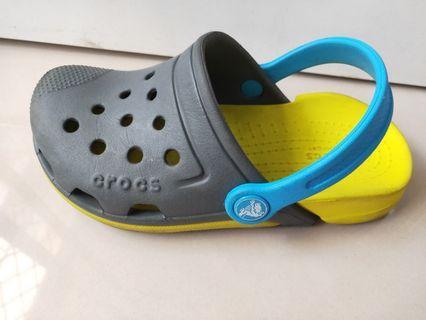 專櫃 Crocs 灰黃配12號 涼鞋 男童鞋 。台南永康區。北區。歸仁。